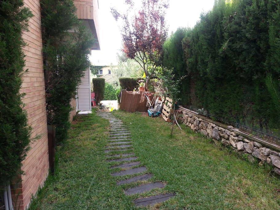 Lateral del jardin con entrada a la cocina