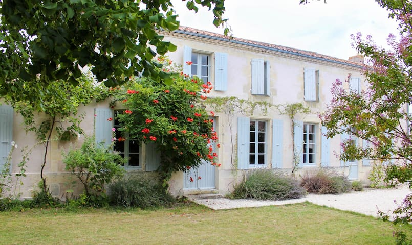 La Maison des Eaux Calmes (Bed and breakfast)