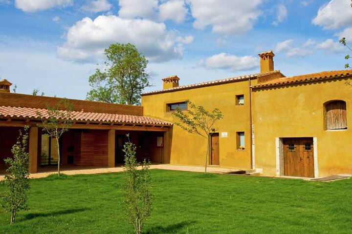 A farmhouse surrounded by woods and not far from the Costa Brava beaches.