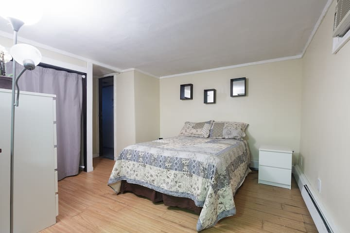 Studio apt w/private entrance - East Meadow - Flat
