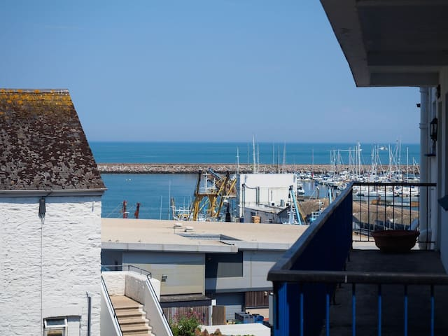 6 Dolphin Court - simple 2 bed  apartment with sea views, on site parking & wi-fi