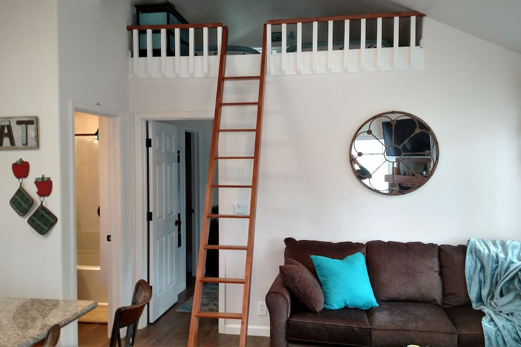 Retracting ladder to loft