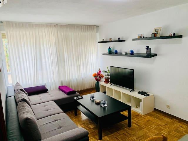 Habitación cómoda y tranquila con hosts cheveres.