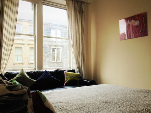 Three bedroom flat to let in Leith, Edinburgh.