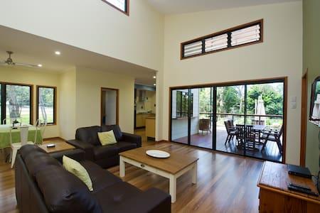 Habibi - 3 bedroom house near beach - Nelly Bay