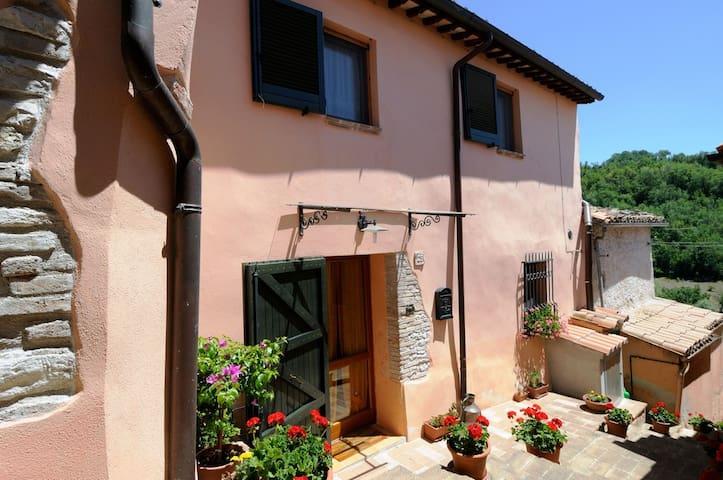 Maison in the quiet village of Braccano, Matelica