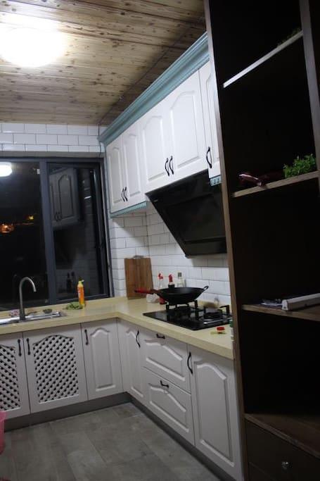 这个就是厨房啦,油盐酱醋俱全