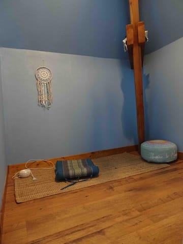 Petite salle méditation qui ce transforme en chambre de petits enfants lorsqu'il y a besoin pour une famille .