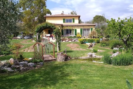2 chambres dans maison au calme, verdure, piscine.