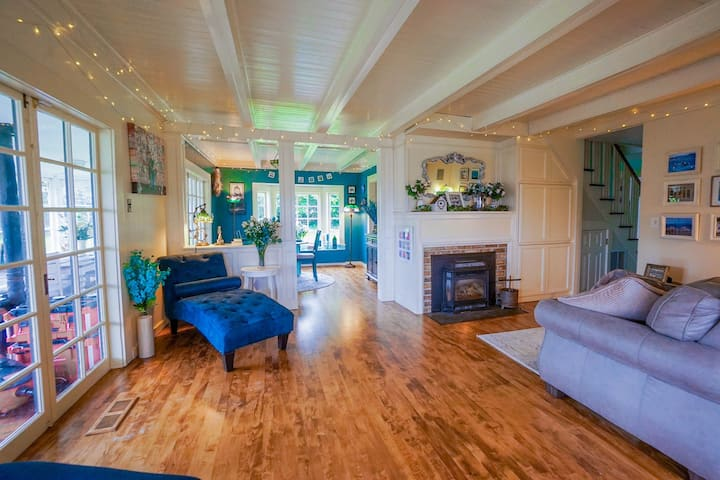 NEW! Beautiful Vintage Home, Walk to Bay, Hot Tub!
