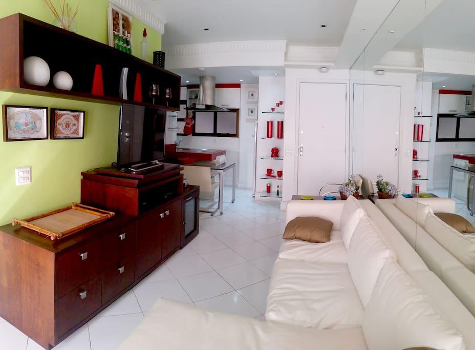 Sala com TV de tela plana e canais a cabo  - Living room with flat screen TV and cable channels