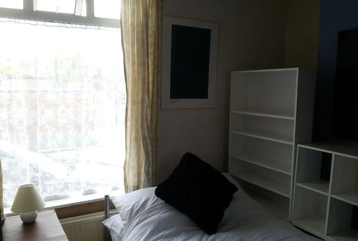 Double room near city centre and University. - Manchester - House