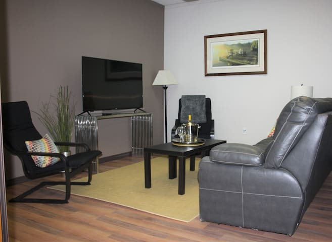 HOME HOTEL 2 Bedroom and DEN apartment