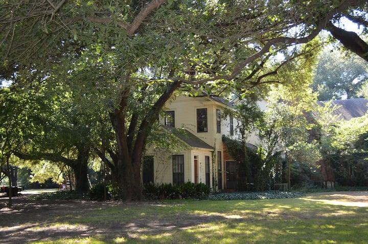 Seven Oaks - Entire Guest House & Main House Suite