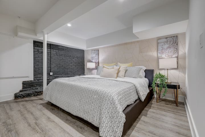 Studio9Forty Exposed Brick w King bed, sleeps 4