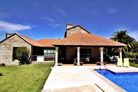Luxurious villa with pool  - Vilanova