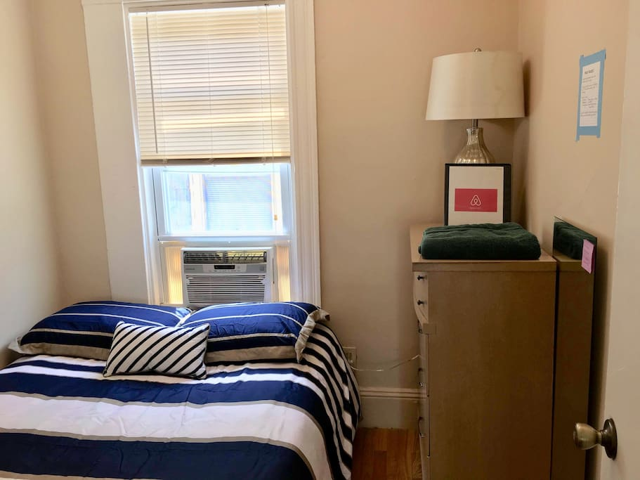 Private room: Small, Cozy room filled with plenty of sunshine!