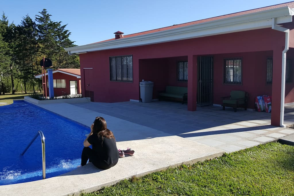 House front pool, piscina frente a la casa