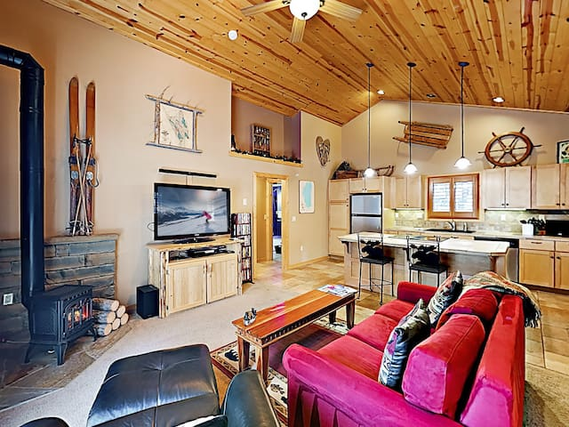 Alpine Chalet w/ Private Hot Tub - Near Lake Donner