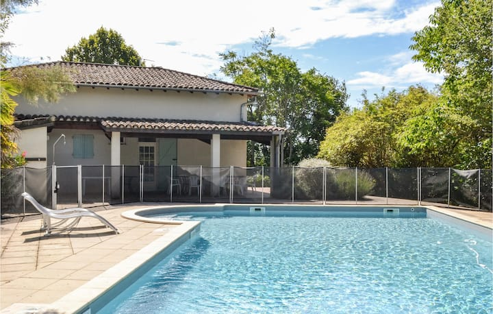 Nice home in Durfort Lacapelette with Outdoor swimming pool, WiFi and 3 Bedrooms