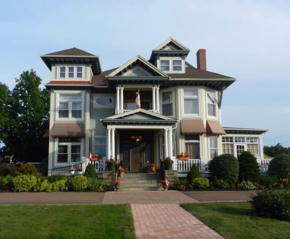Beautiful room in Historic Home - Downtown Shediac