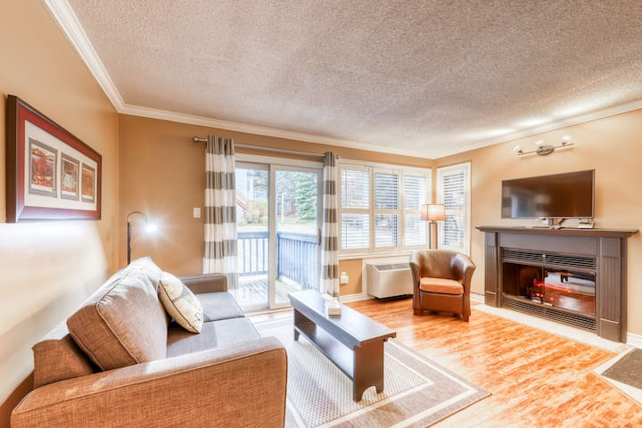 Walk to the slopes! Bright condo w/ shared hot tub, pool & tennis!