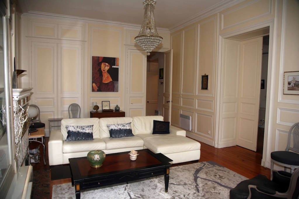 Autre vue du salon avec au fond porte pour accès vestibule vers salle de bain et toilettes et à droite double porte communiquant avec salle à manger-cuisine.