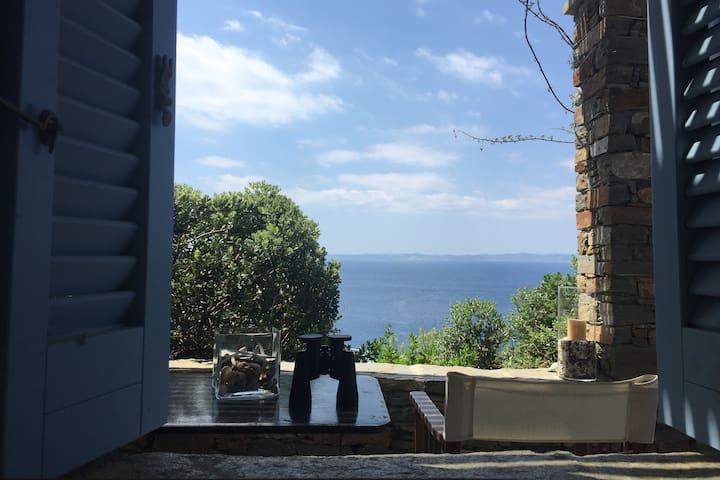 stylish flat, sea/sunset view&garden in Gialiskari