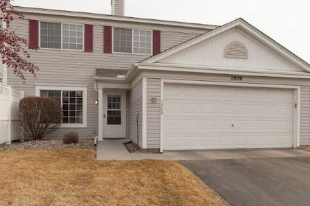 Cozy with 2 beds 1.5bath 2 garages - Burnsville - Sorház