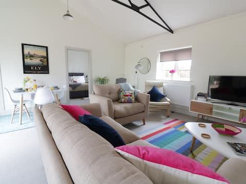 Modern, Cosy 2 Bed with River & Countryside Views