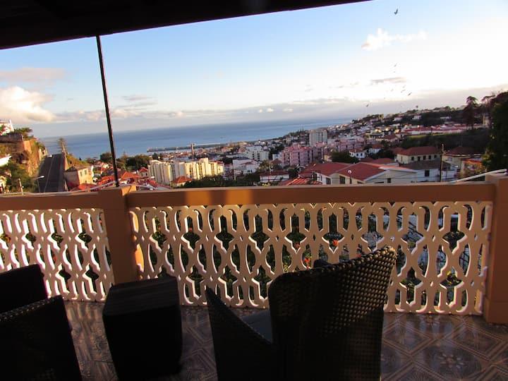 Villa Palmeira B&B 10 mins walk downtown Funchal!