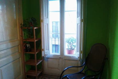 Nice room in artistic apartment, very central - Barcelona
