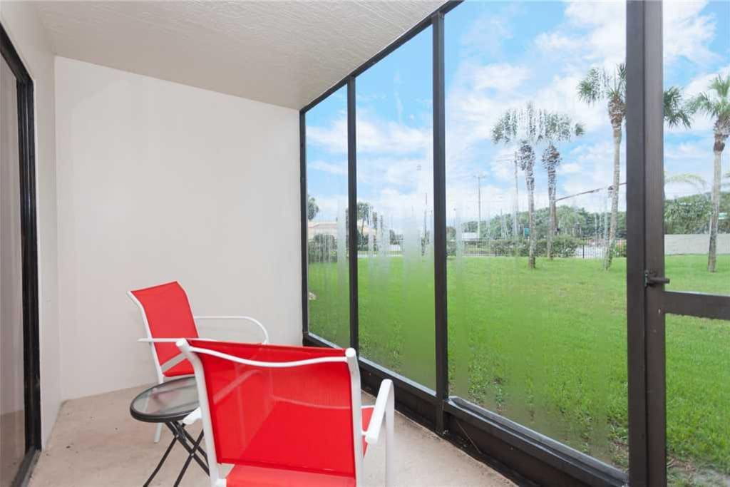 Well-Maintained Vacation Complex - The pools, trees and landscaping surrounding the complex are well maintained and beautiful to