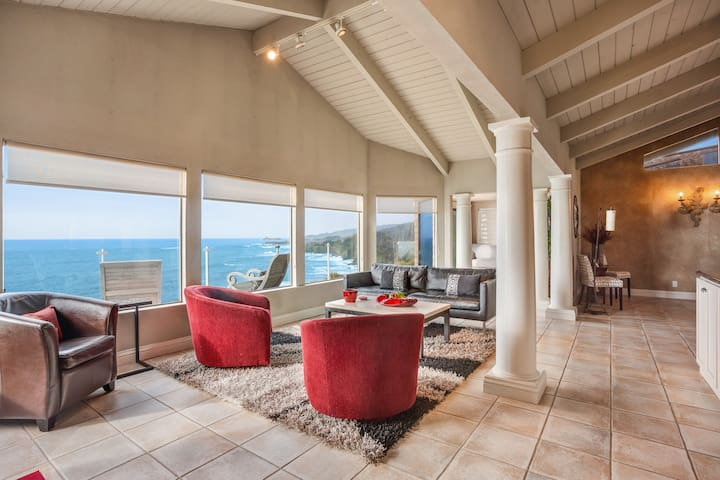 Spacious waterfront home w/ full kitchen, fireplace- amazing views!