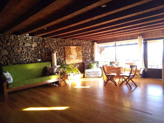The construction is typical of the island with wooden ceilings and dry stone walls. The wooden floor that gives great warmth.