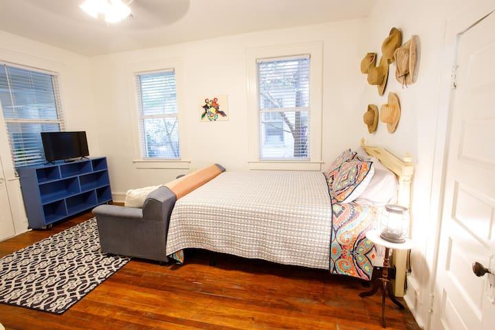 Second bedroom's queen size bed