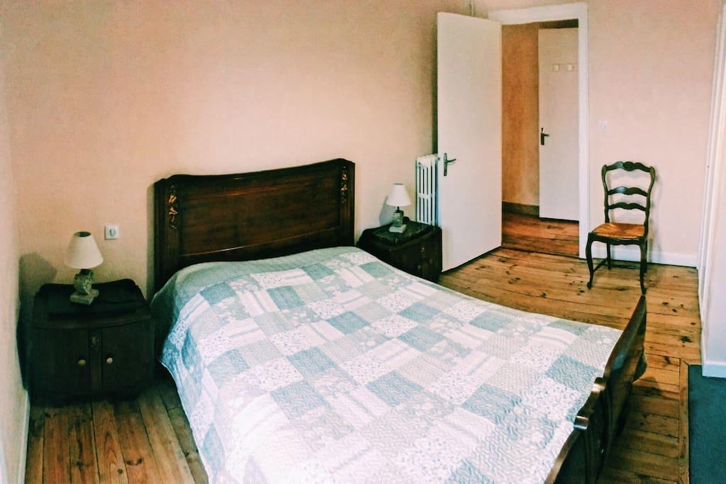 Première chambre, lit double + rangements