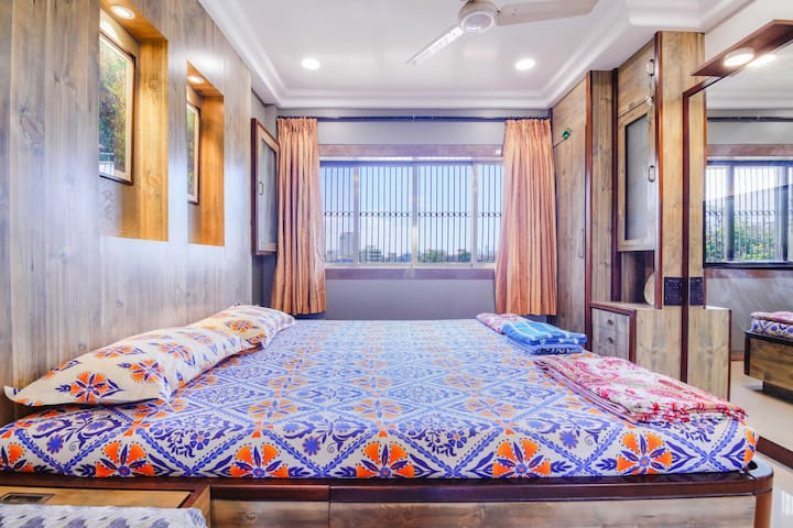 Luxury spacious room at Hill Road, Bandra West