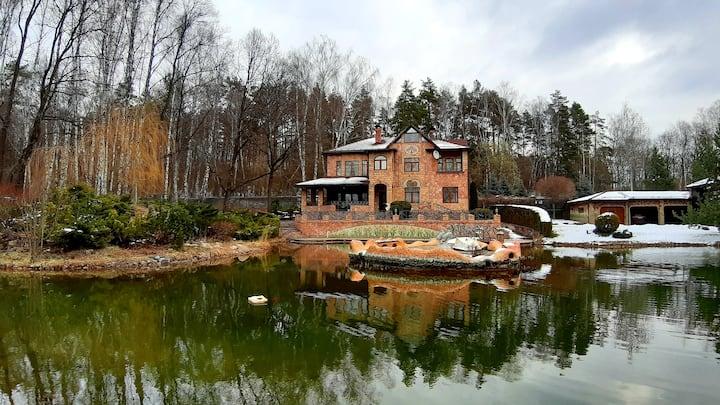 Уникальный дом с прудом и обширным садом