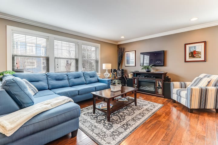 Cozy British Square - In The Heart of Downtown!
