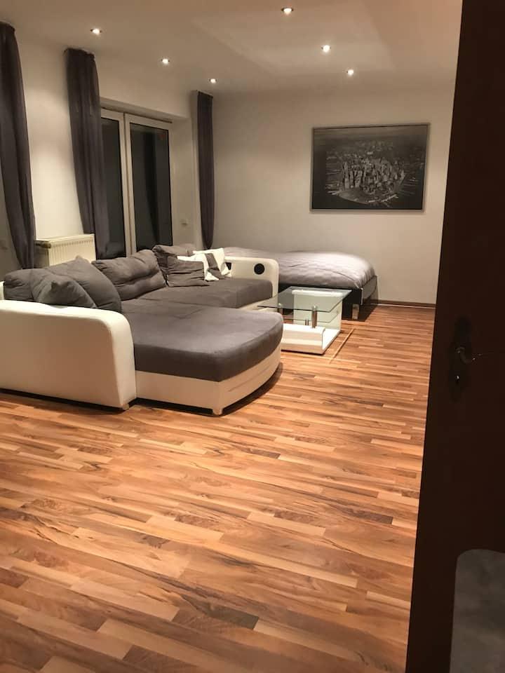 Geräumiges, modernes Appartment mit Küche + Balkon