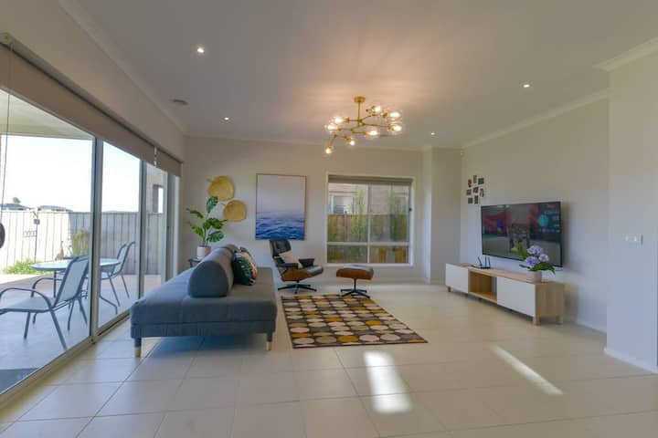 Waterfront Grand Villa for Big Group in Point Cook