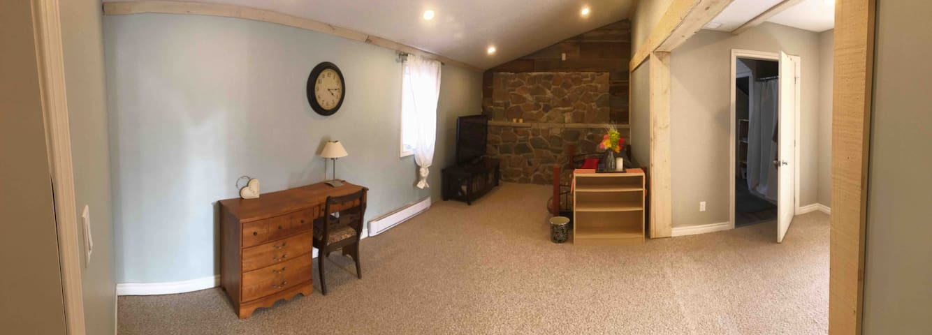 Downtown Bancroft large one bedroom suite with den