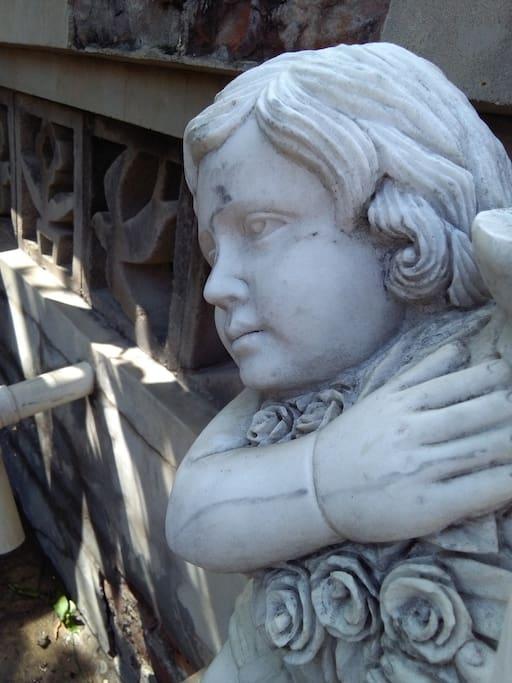 """""""中院""""里的小雕像"""