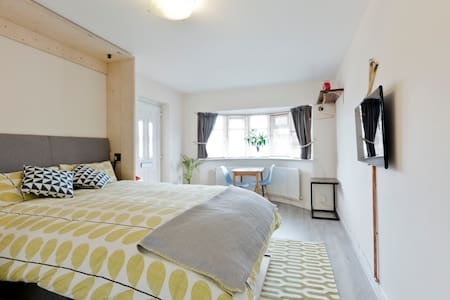 Separate annex in lovely area close to Wimbledon