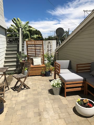 Large Sunny Heritage Flat with Private Patio