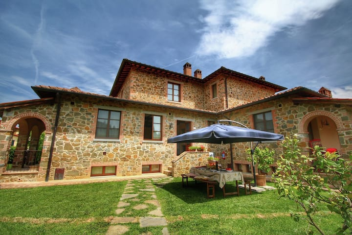 Spacious Cottage in Lucignano with Garden