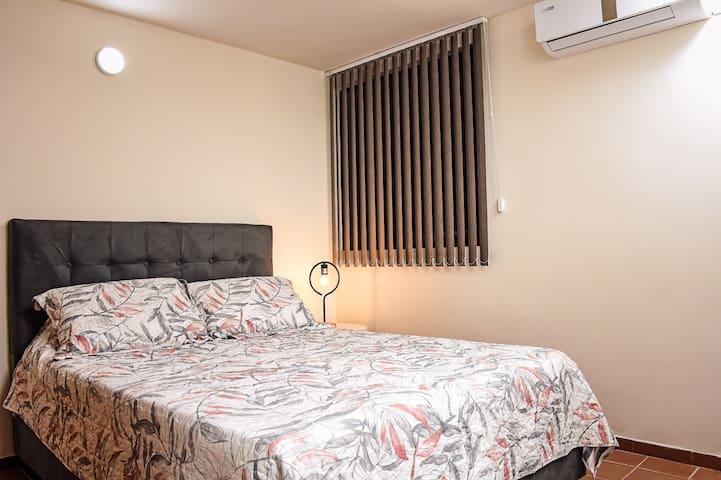 Alcoba Principal con aire acondicionado, closet, baño privado y agua caliente.