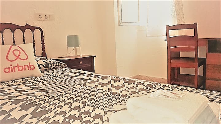 Central single room. Private entrance & bathroom