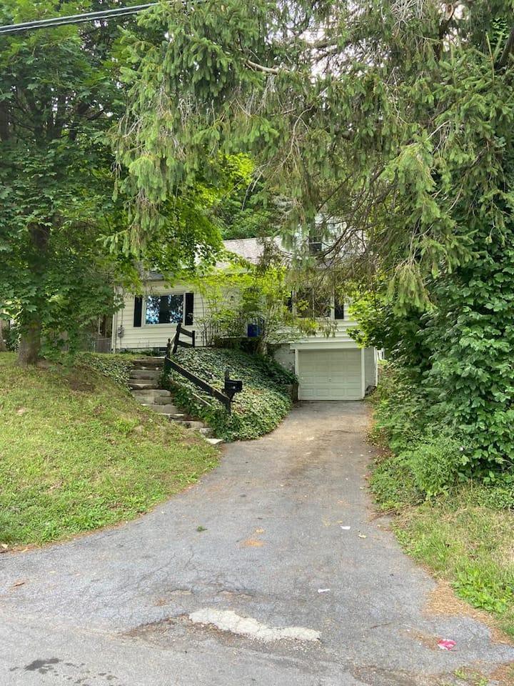 Private room in quiet home near Onondaga Hill
